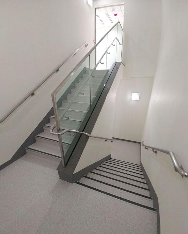 一樓辦公室的樓梯